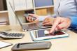Hände am Tablet Computer und Smartphone