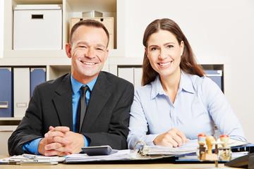 Mann und Frau zusammen im Büro