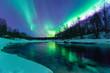 Polarlichter mit Spiegelung über einem vereisten Fluss