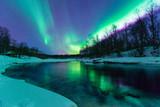 Fototapeta Polarlichter mit Spiegelung über einem vereisten Fluss