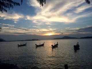 Coucher de soleil au port de Rawai