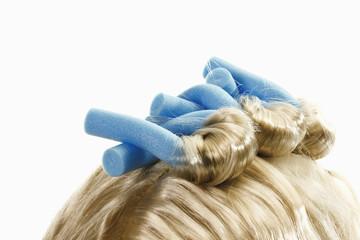 Close up von Lockenwicklern auf blonde Perücke