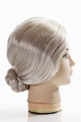 Weibliche Schaufensterpuppe trägt graue Perücke