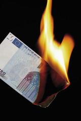 20 € note Brennen vor schwarzem Hintergrund