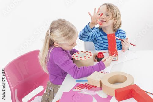 Leinwanddruck Bild Bruder und Schwester basteln Geschenk