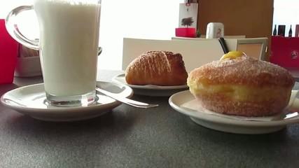 Colazione con latte e brioche