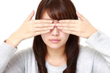 目を覆う女性