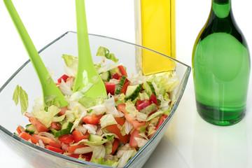 Gemischter Salat mit Essig und Oel