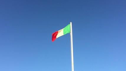 Bandiera in giornata ventosa - panning, slowmotion 0.5 x