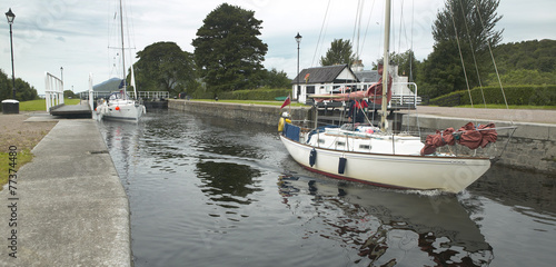 Fotobehang Kanaal Caledonian canal with sailboats in Scotland