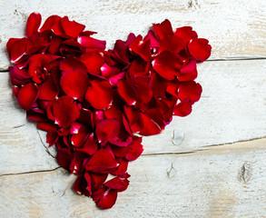 Liebe: Rotes Herz aus Rosenblütenblättern :)