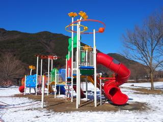 雪の公園と遊具