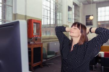 frau macht eine pause während der computer-arbeit