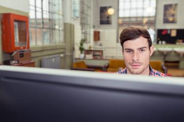 mann schaut auf computer-bildschirm