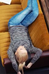 junge frau entspannt auf dem sofa