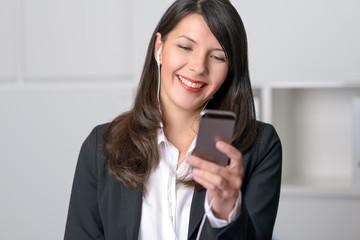 Lächelnde Geschäftsfrau macht eine Videokonferenz mit Smartphone