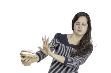 Chica rechaza pastel con la mano.