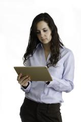 Chica joven usando una tableta.
