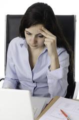 Mujer joven preocupada en su oficina.