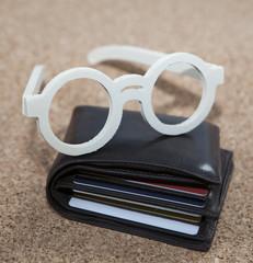 lunettes et portefeuille