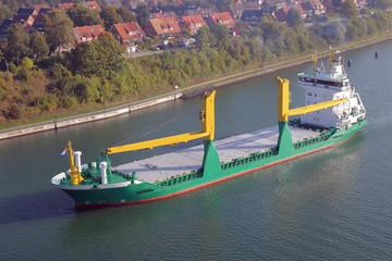 Frachtschiff mit Kränen