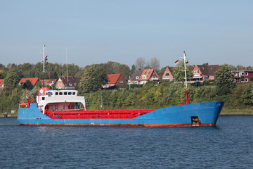 Frachtschiff auf dem Kiel Kanal