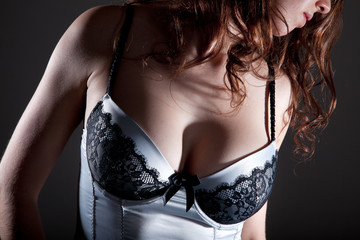 Junge Frau in sexy Dessous