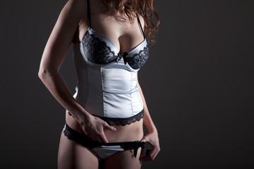 Frau in sexy Unterwäsche befriedigt sich