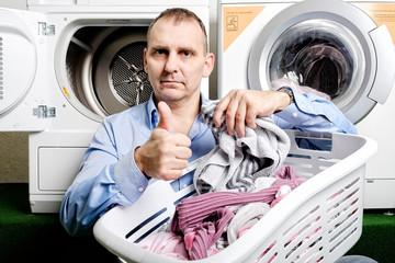 mann mit wäschekorb
