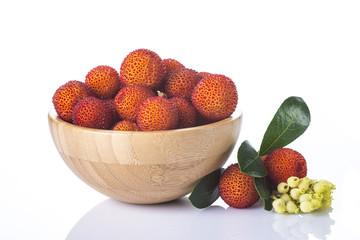 Frutas de madroño en un bowl aisladas sobre fondo blanco