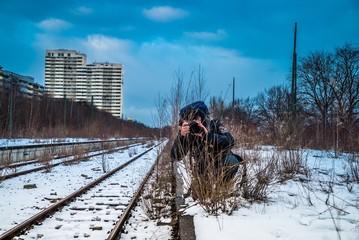 Fotograf auf altem Bahnsteig beim Shooting