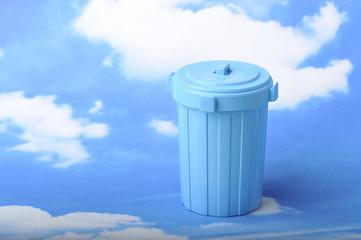 爽やかな青空とゴミ箱