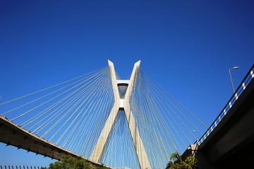 Ponte estaiada em dia de céu azul