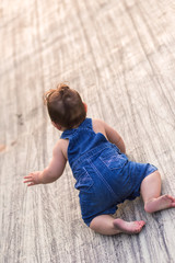 Baby (6-11 months) crawling