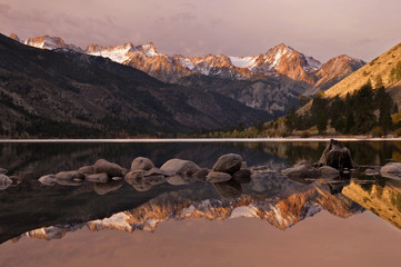 USA, California, Eastern Sierra Nevada, Lower Twin Lake and Sawtooth Range