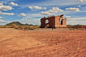 USA, Arizona, Maricopa County, Old ruined house on desert near Oatman Mountain