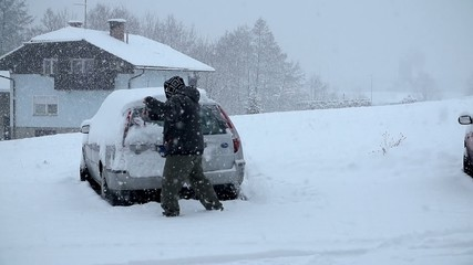 Cleaning the snow of the car