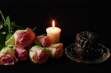 stillleben mit kuchen kerze und rosen