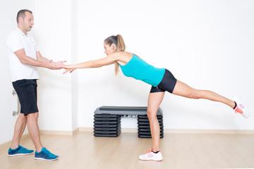 Trainer hilft bei Gleichgewichtuebung