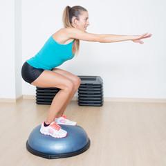 Kniebeugen auf Balance trainer