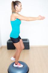 Frau auf balance trainer