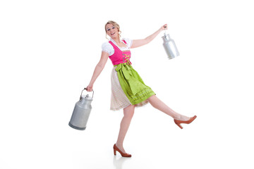 Glückliche Frau im Dirndl mit Milch Kanne