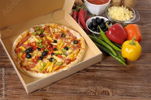 Deurstickers Klaar gerecht Freshly baked Pizza in delivery box with ingredients.