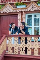 Жених и невеста смотрят длуг на друга