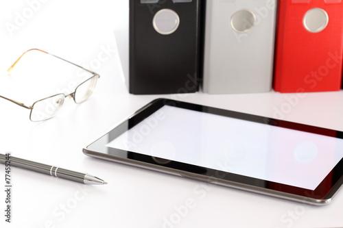 Leinwandbild Motiv Akten mit Tabletcomputer