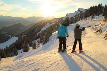 Frau mit Kind beim Skifahren