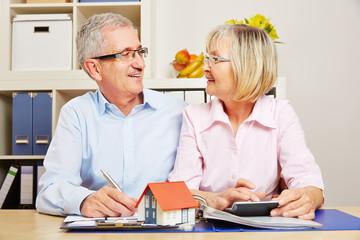 Paar Senioren bei Planung von Baufinanzierung