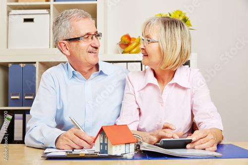 Paar Senioren bei Planung von Baufinanzierung - 77459000