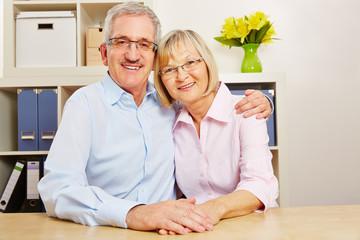 Zufriedenes Paar Senioren zu Hause