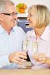 Paar Senioren trinkt Sekt zu Silvester